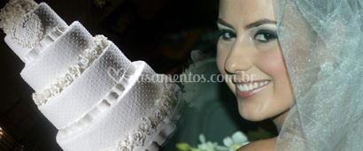 Noiva e bolo de casamento