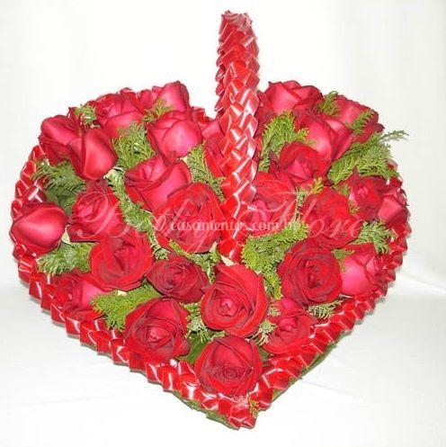 Cesta de coração feita com rosas