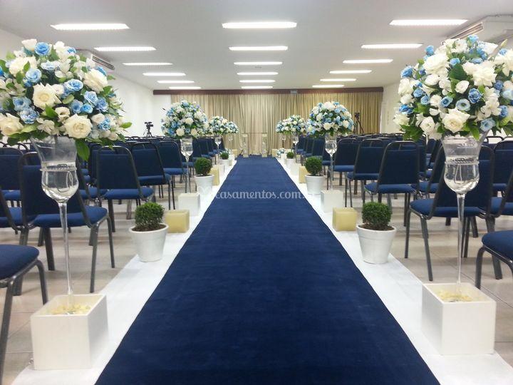 Igreja  com flores azuis