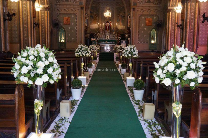 Igreja flores brancas