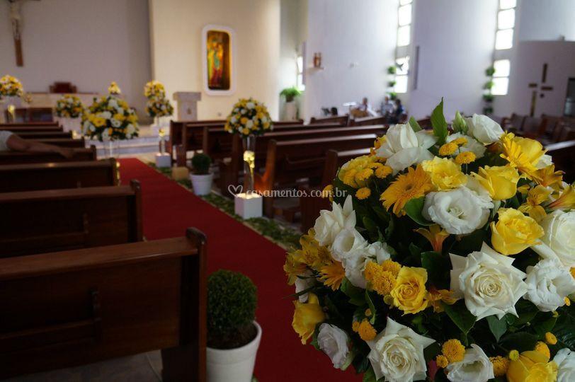 Igreja com flores amarelas