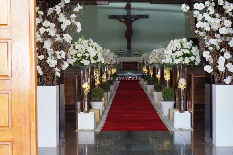 Igreja com flores brancas
