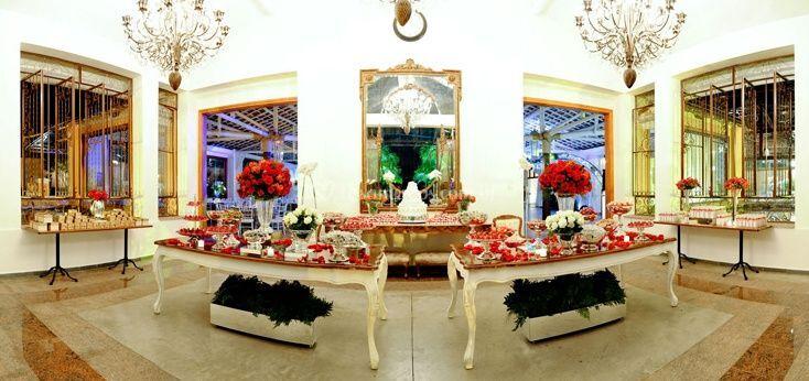Salão decorado com flores vermelhas