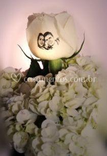 Botão de rosa com o rosto dos noivos