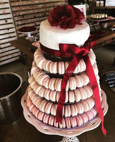 Torre de macarons com bolo