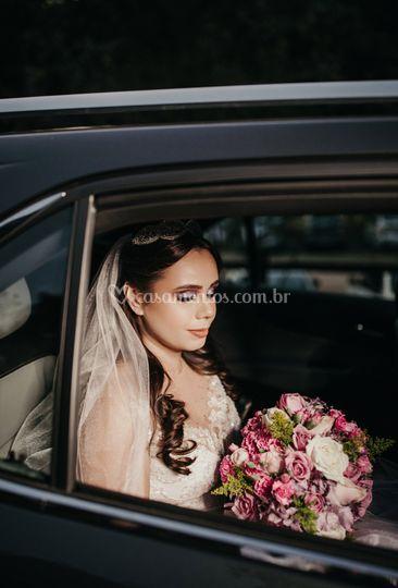 Noiva Amanda linda no carro