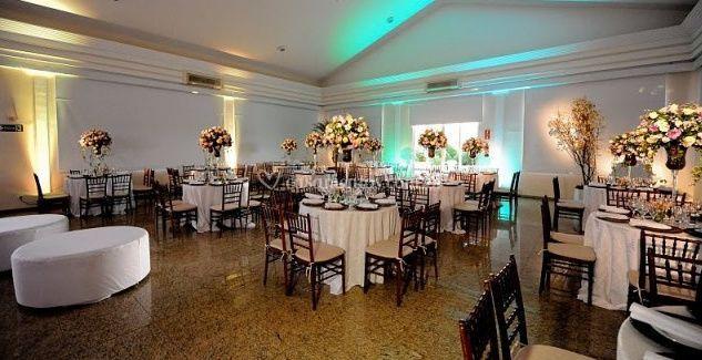 Mesas com flores no centro