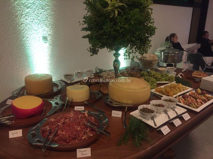 Mesa de queijos e especiarias