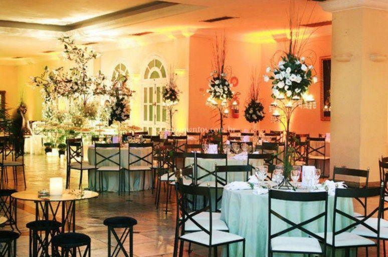 Mesas decoradas com flores