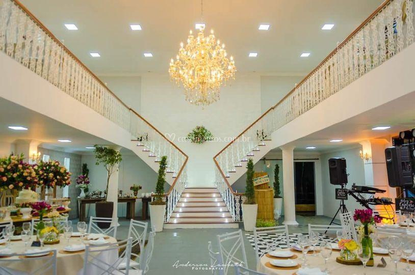 Escada dupla e lustre imperial
