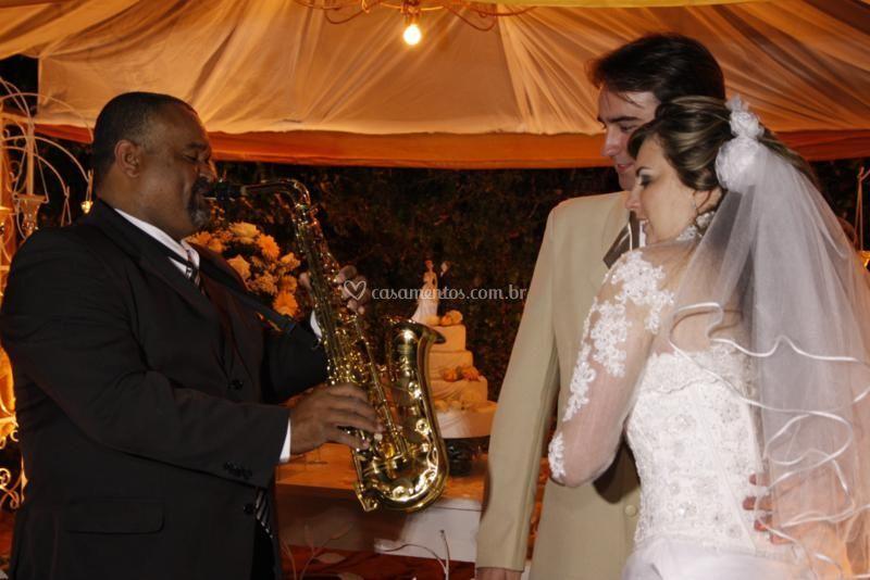 Tocando para os noivos no bolo