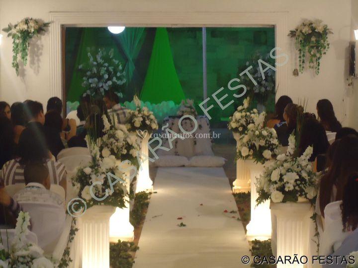 Salão para cerimônia com altar de frente para piscina