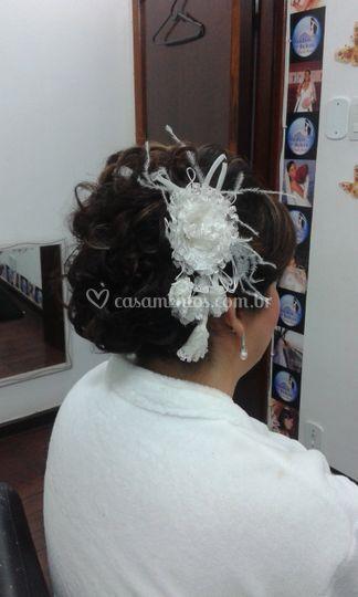 Penteado com flor de tecido