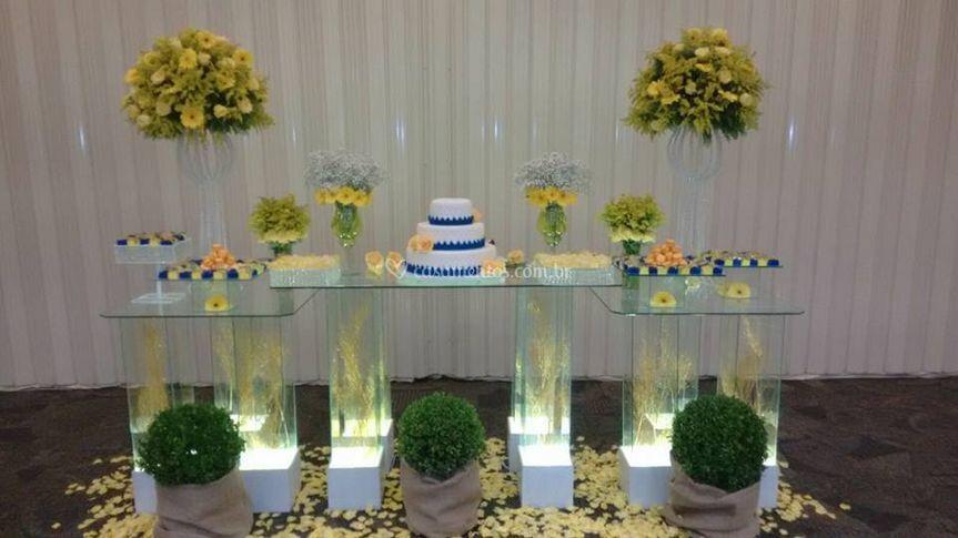 Mesa do bolo em tons amarelo
