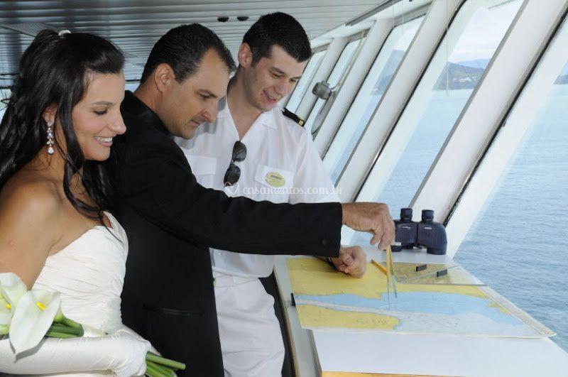 Capitão recebe noivos no navio