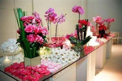 Mesa de doces com orquídeas