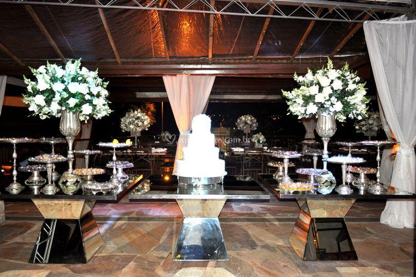 Mesa de bolo e doces casamento