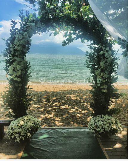 Arco com flores naturais