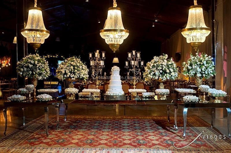 Mesa do bolo e doces clássica