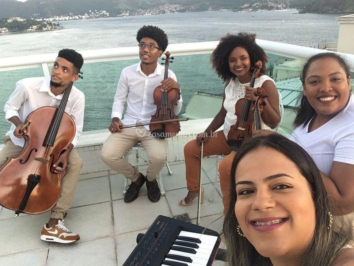 Quarteto de cordas + teclado.