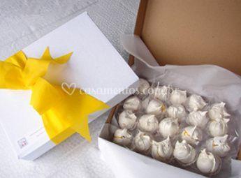 Caixa de merengues com ovos moles