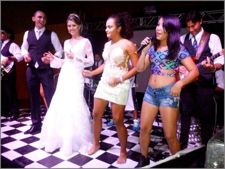 Noiva dançado com amiga