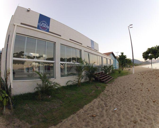 Vista do prédio e praia