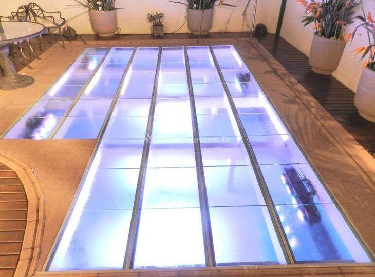 Pista de vidro sobre piscina