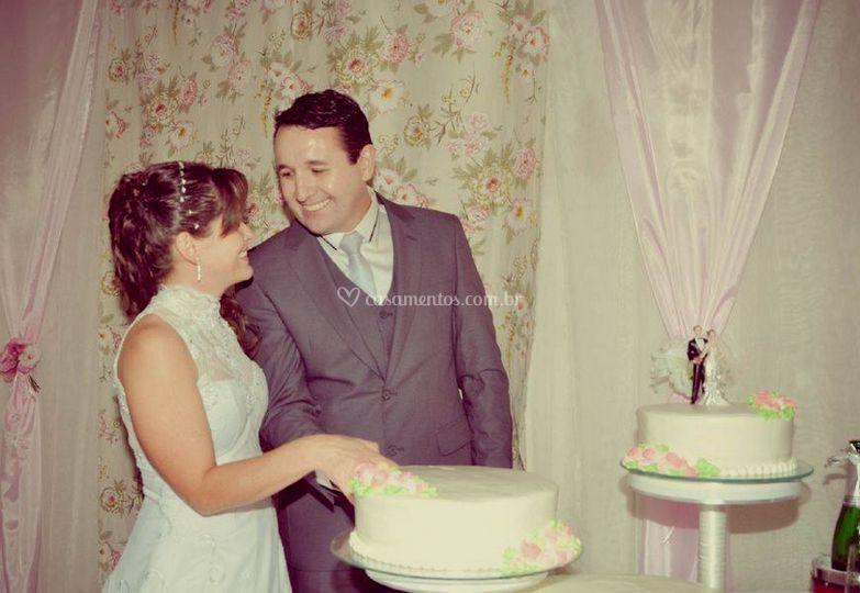 A noiva e o noivo e o bolo de casamento