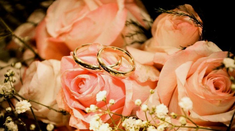 Bouquet e anéis de casamento
