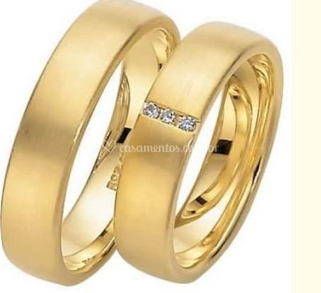 Aliança em ouro com 3 diamantes