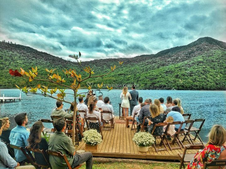 Cerimonia na beira da lagoa