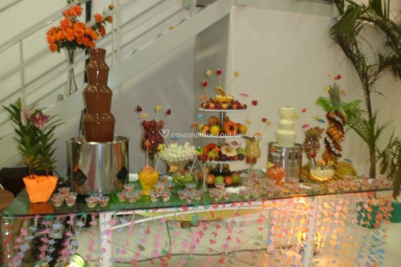 Frutas e cascata de chocolate