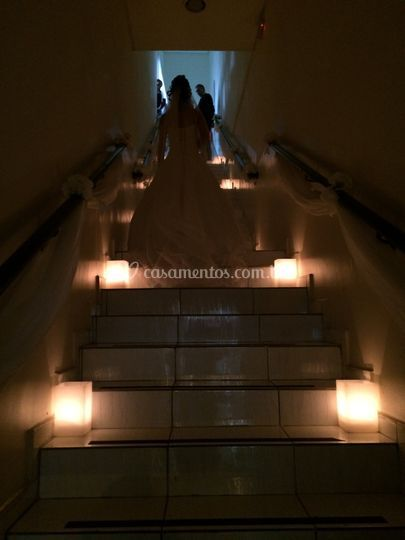 Escadas com velas e flores