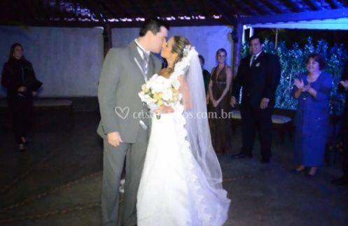A noiva e o noivo beijando