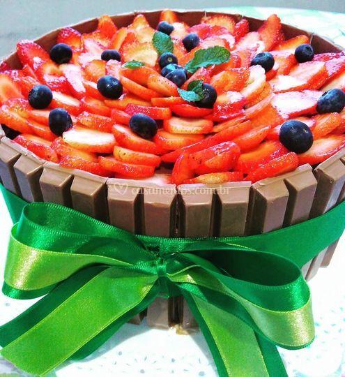 Bolo Kit Kat e Frutas Vermelha