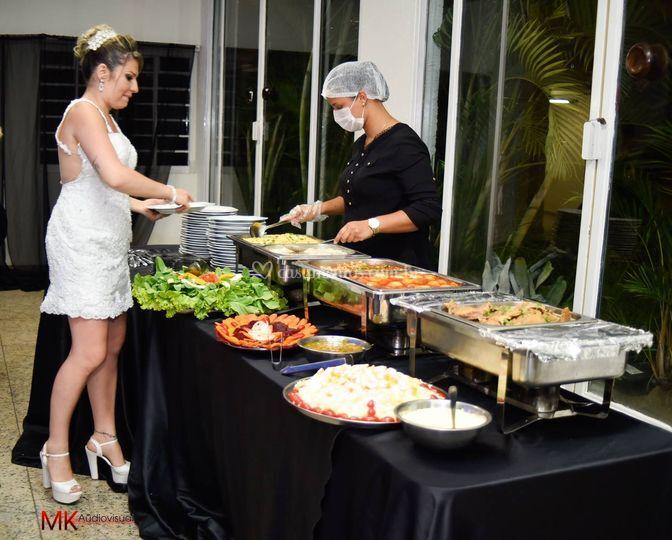 Noiva abrindo jantar