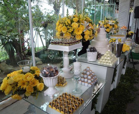 Decorado com flores amarelas