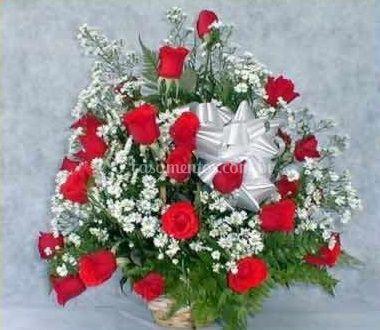 Arranjo com flores brancas e rosas