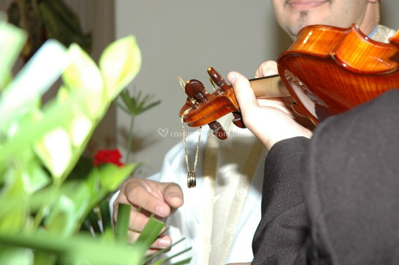 Violino levando as alianças