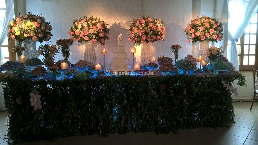 Mesa do bolo com folhagens