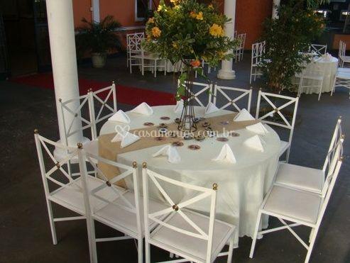 Centro de mesa com flores amarelas