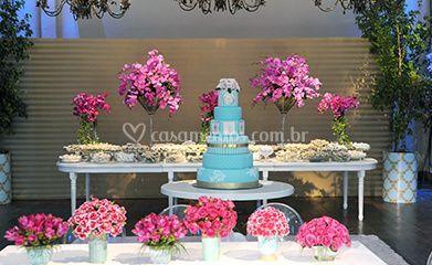 Mesa de bolo decorada com flores