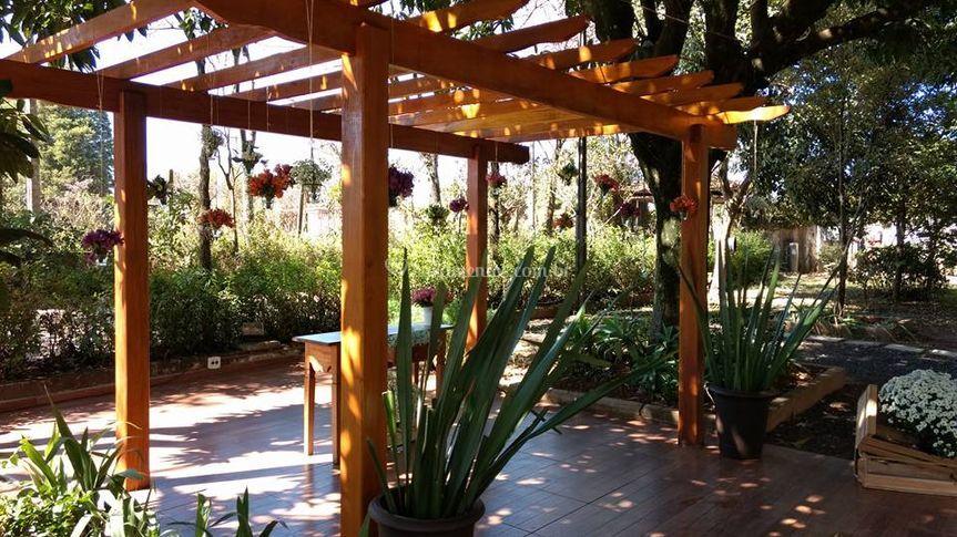 Jardim com pérgola