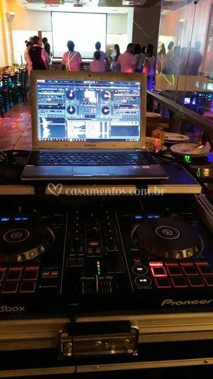 DJ com pista de dança