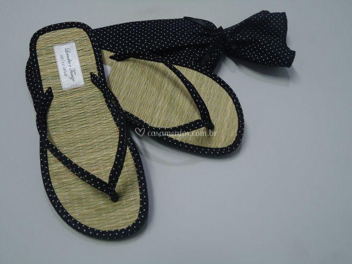 Sandália com estampas de poás