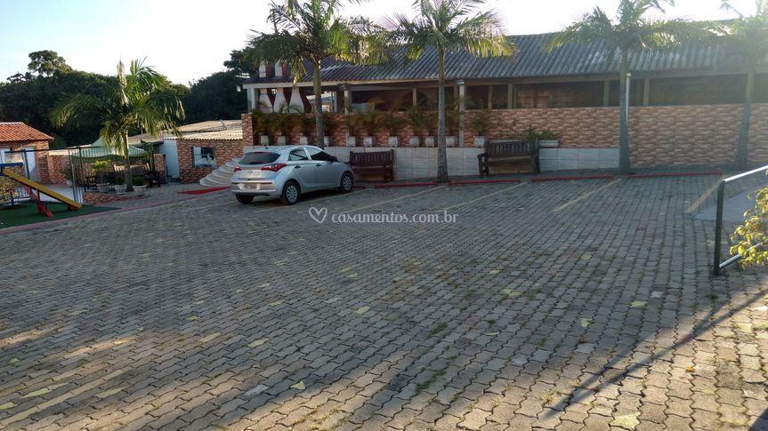 Área aberta e estacionamento