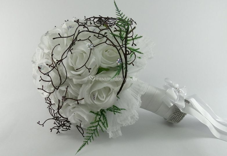 Buquê de rosas brancas e cipó
