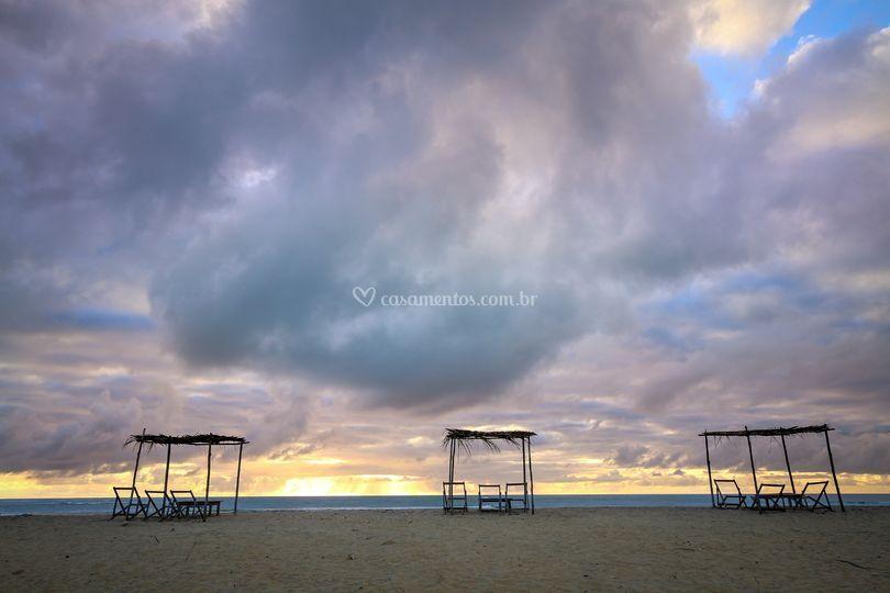 Barracas na praia ao amanhecer