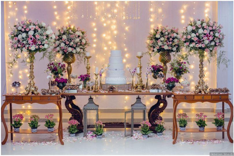 Mesa de bolo rosa e dourado